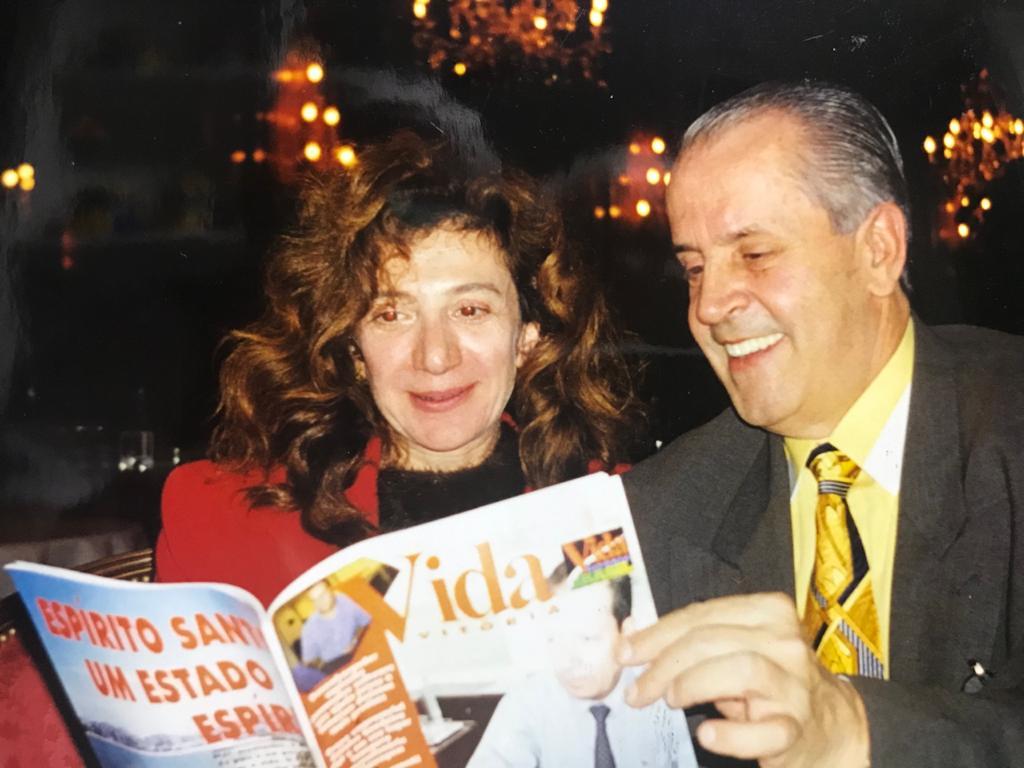 Lendo a Revista VidaBrasil com a gerente internacional do Le Bristol de Paris, Gabrielle Hirn